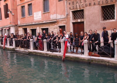 Waiting for the boat along the Calle